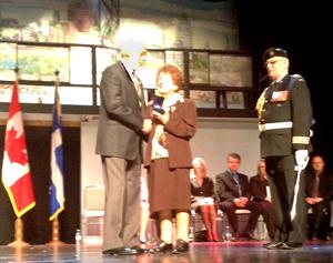 Photo: Madame Binette-St-Laurent reçoit une médaille
